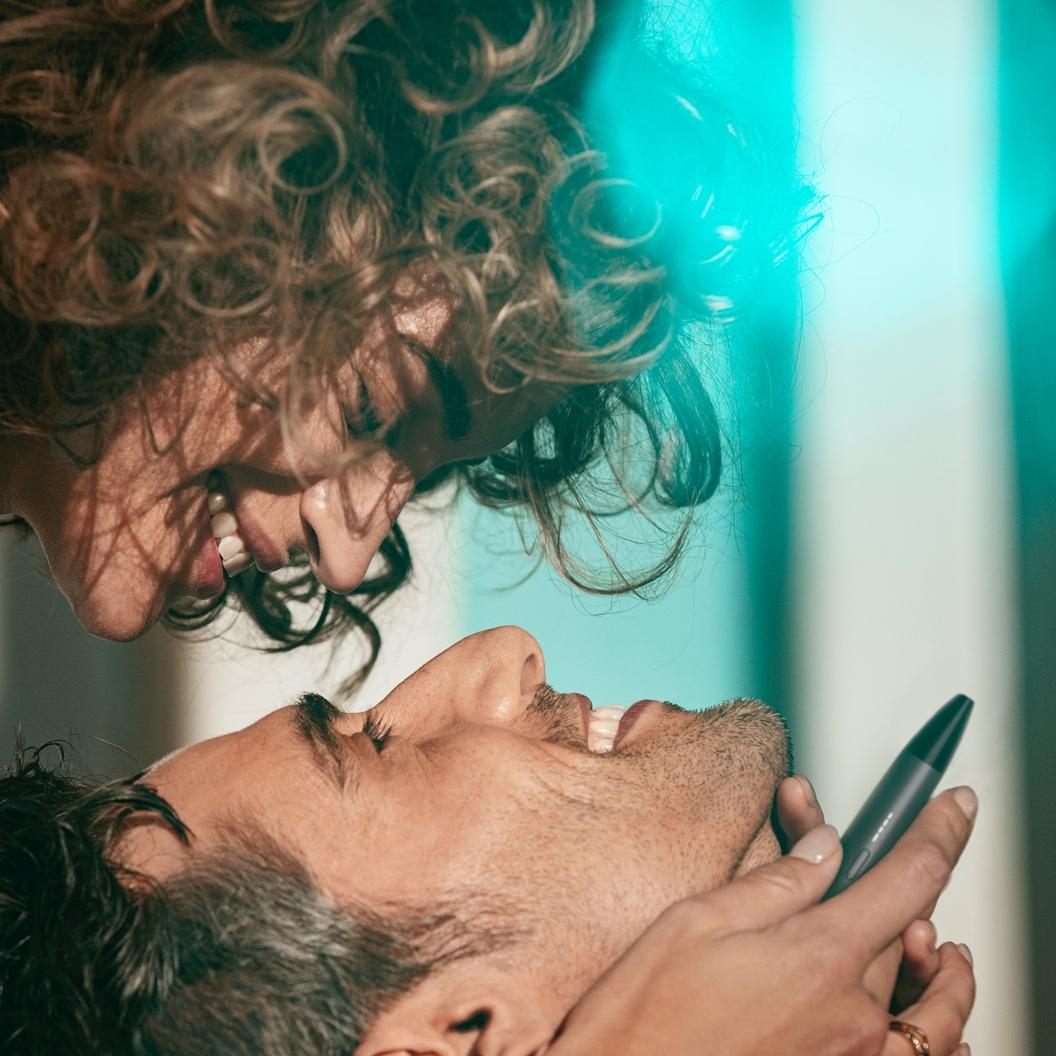 Влюбленная пара с IQOS VEEV